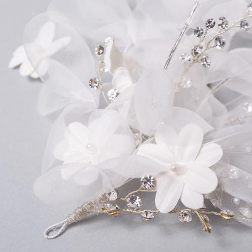柔らかいニュアンスの白い小花とキラキラ輝くビジューがアクセントです
