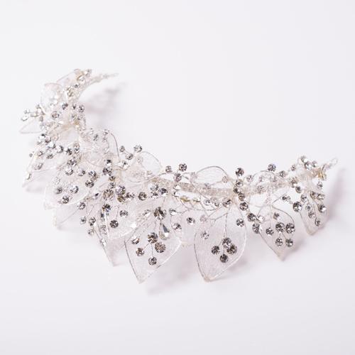 重なる花びらのような上品&フェミニンなヘッドドレス