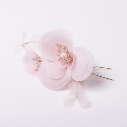 淡いピンクのお花がキュートな1ピースのヘッドピン