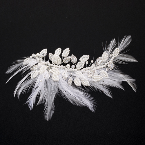 真っ白なオーストリッチの羽を主役にしたフェザーヘッドピン