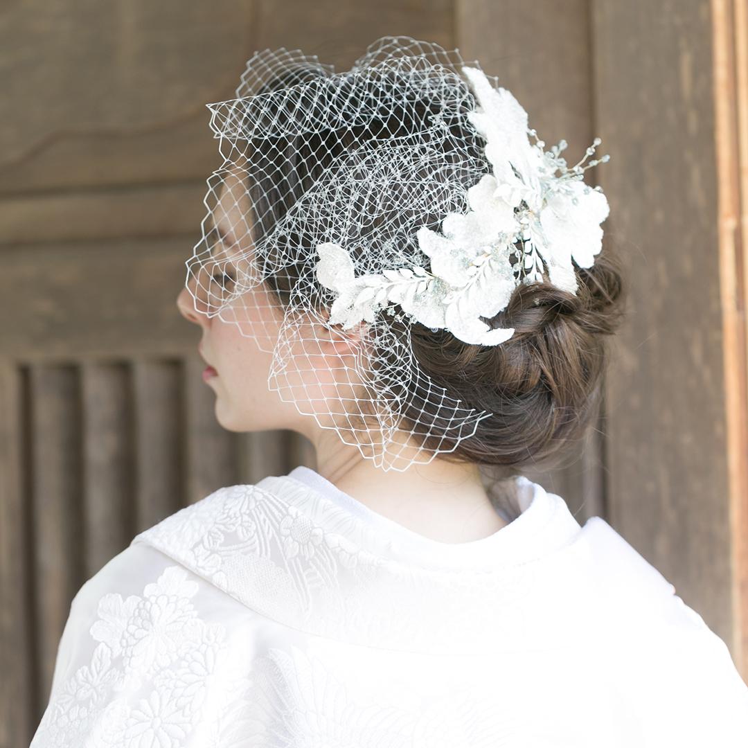 刺繍でつくった花びらとチュールを組み合わせ、可憐に仕上げたヘッドドレス