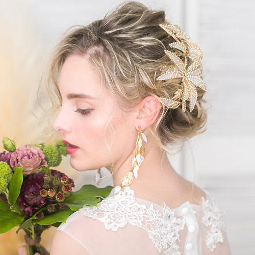 透け感ある花びらを煌びやかなビジューで囲った、重くなりすぎない上品なデザインが魅力