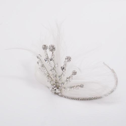 真っ白なオーストリッチの羽が主役のフェザーヘッドドレス