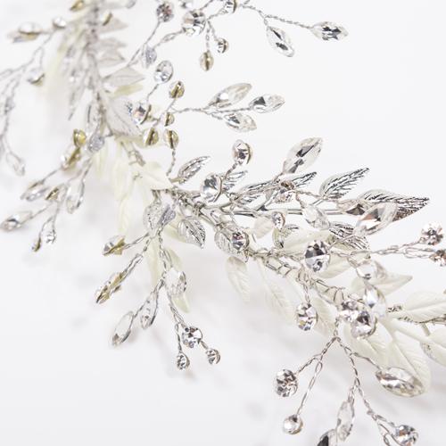 「ramage(ラマ—ジュ)」の名の通り、2種類のリーフモチーフを使い、クールな「枝葉模様」に仕上げました