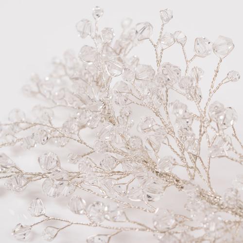 クリスタルビジューを散りばめ、枝に付いた水滴のように輝きます