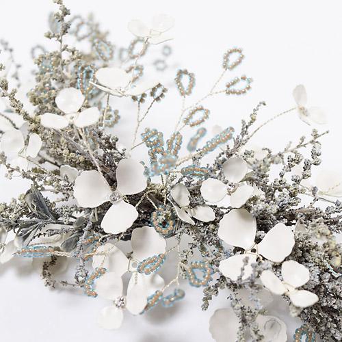 白い小花のブライダルベールは結婚式で幸せな花嫁がベールをまとったような姿に似ていることから、「幸福」「幸せを願う」といった花言葉が付けられています