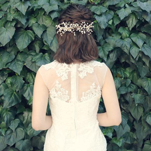 小枝の先端に白い蕾をつけ、下向きに咲く「エゴノキ」をイメージして作ったヘッドドレス