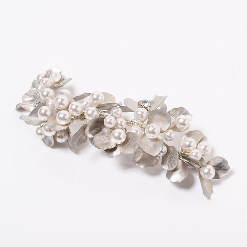 ヴィンテージ感のあるフラワーモチーフに、大ぶりなパールを贅沢に配したクラシカルなヘッドドレス