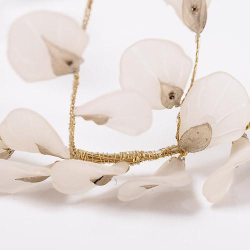 クリア素材で作られた花びらモチーフが光を通し、美しく輝きます☆