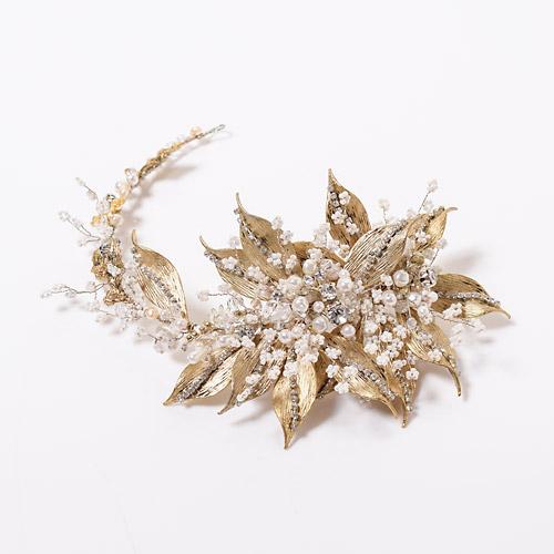 睡蓮をモチーフにパールを贅沢に配した、フェミニンなヘッドドレス