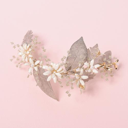 立体感溢れる真鍮の花とリーフパーツがヴィンテージモダンなヘッドドレス
