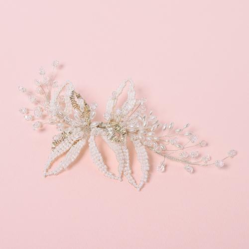 華奢なワイヤーにパール、ホワイトビジューを編み込んだヘッドドレス