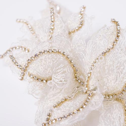 柔らかいワイヤーが入った花びらは自由に動きを出すことができます