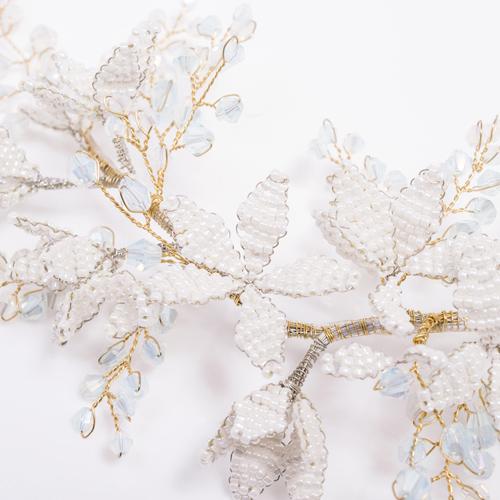 花びらは、白のビーズで丁寧に編み込み繊細なフォルムをつくり上げています☆