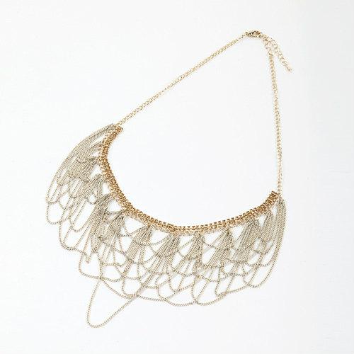 ドレープのように華奢なラインが重なった女性らしく上品なネックレス