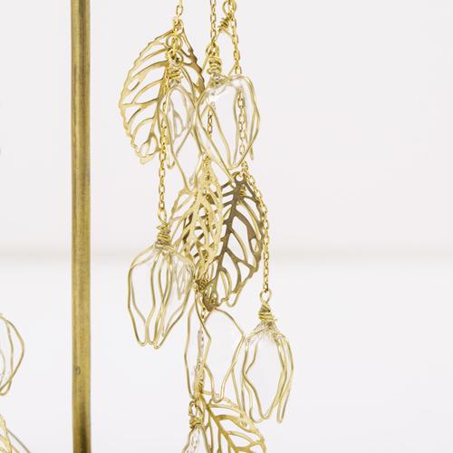 ワイヤーとディップ液を使用したアートフラワーで、ガラス細工のような繊細さ