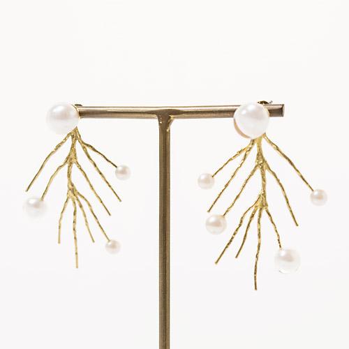 ゆらゆら揺れる華奢な小枝が可憐で、ウェディングにもデイリーにもご使用いただけます