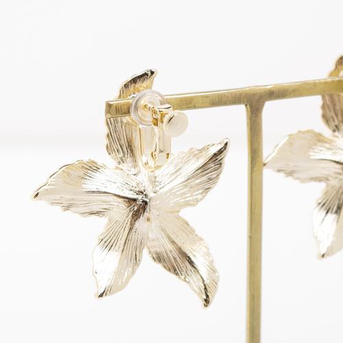 イヤリングの金具をフラワーの上方に付け、着用時に立体的に見えるデザインがとても可愛いです☆