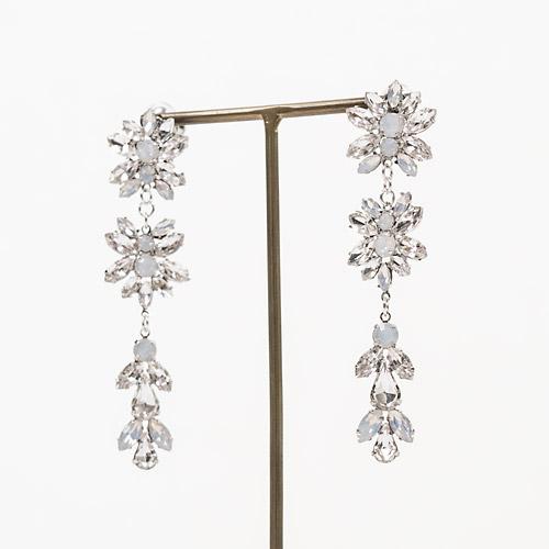 クリアストーンと乳白色のストーンが高級感と上品さを演出するイヤリング