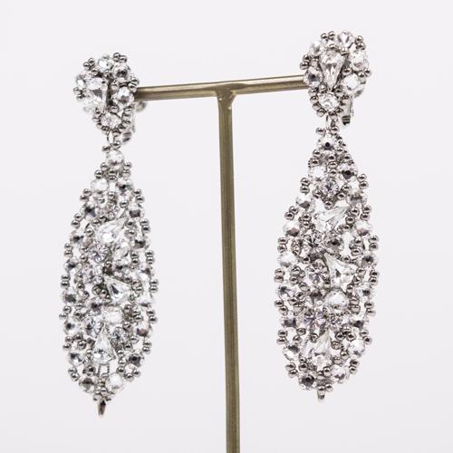 オルガブランカのイヤリングは、長時間の着用で耳が痛くならないように、軽さを重視して作られています☆