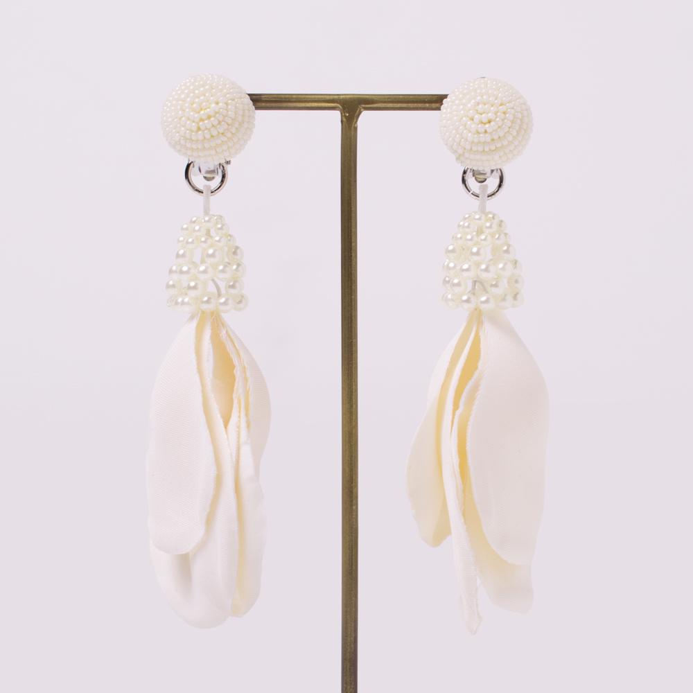 花びらモチーフのパーツをコサージュで作成したイヤリング