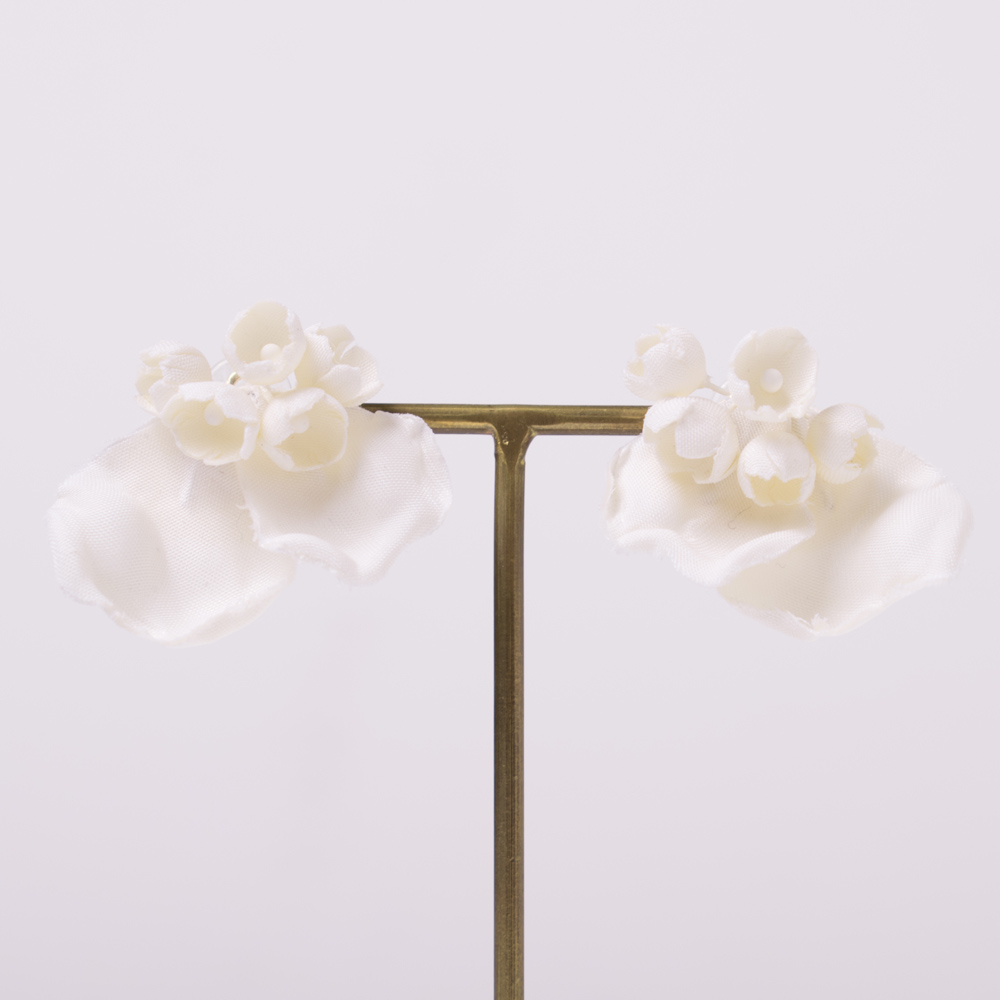 花びらとスズランモチーフをそれぞれコサージュで作成したイヤリング
