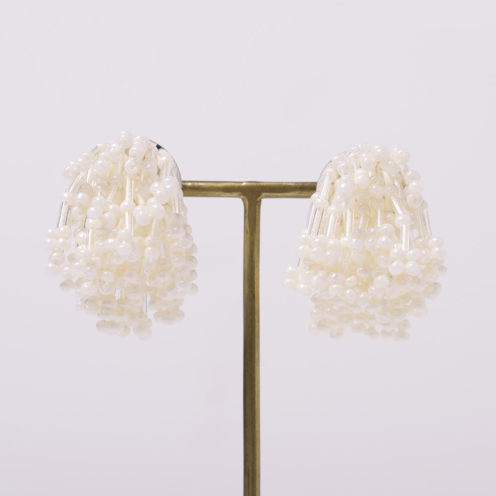 ビーズを使用し編み込んだイヤリング