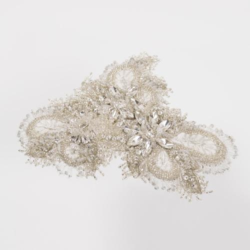 細やかに配されたビジューと刺繍が美しく輝く、コームタイプのヘッドドレス