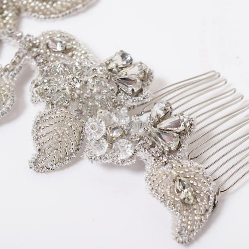 シルバーの刺繍糸や、大小かたちも様々なビジューなど、とことん細部にこだわっています