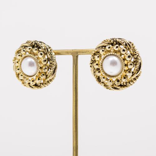 オリジナルの金型を使い、彫刻のように美しくデザインしたイヤリング