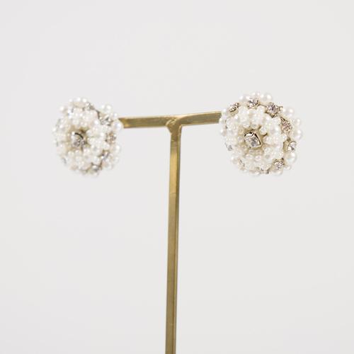 クリスタルとビジューで作られた小ぶりな花モチーフが大人可愛いピアス