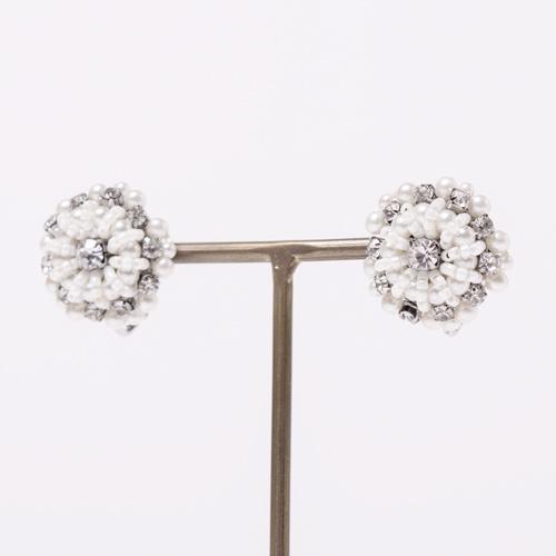 クリスタルとビジューで作られた小ぶりな花モチーフが大人可愛いイヤリング