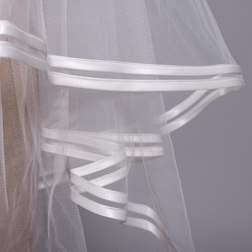 二重のサテンパイピングがスタイリッシュで、ドレススタイルを凛とした印象に引き立てます