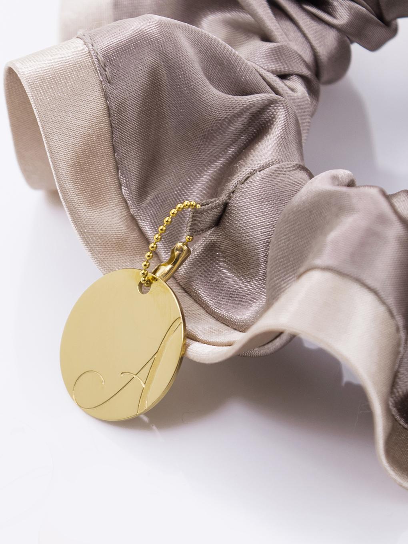 バイカラーサテンシュシュ「カフェモカ」には「ゴールド」のチャームが付いてきます