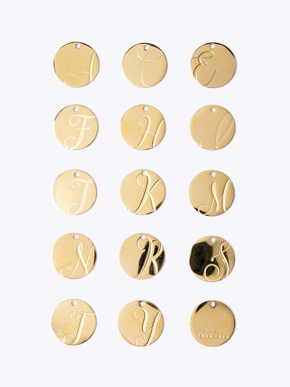 14種類のアルファベットからお選びいただけるイニシャルチャーム付き(ゴールドプレート)