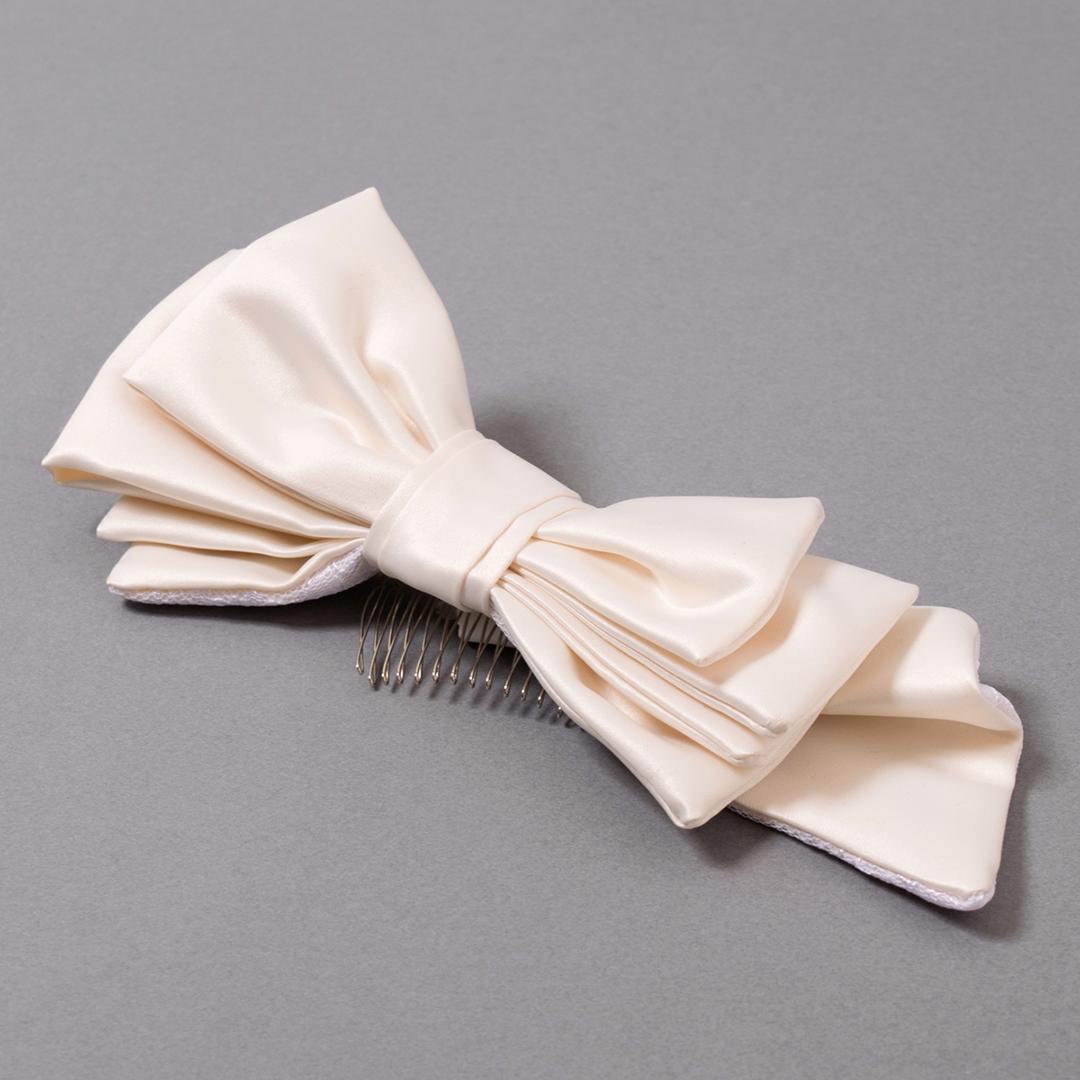 アシンメトリーデザインのリボンがキュートな、コームタイプのヘッドドレス