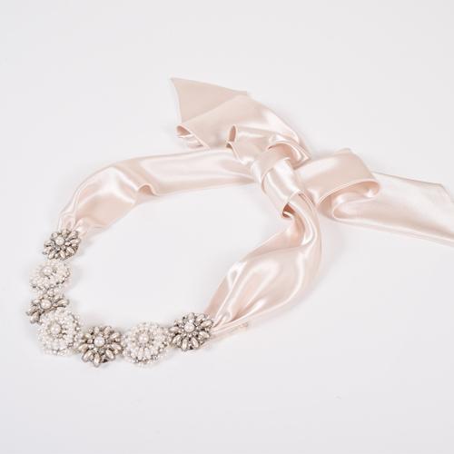 パールがちりばめられた大ぶりな花モチーフが華やかに輝くヘッドドレス