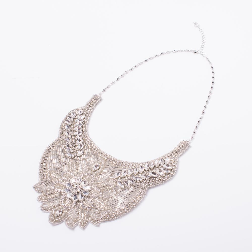 ビジューの刺繍が美しい大ぶりネックレス