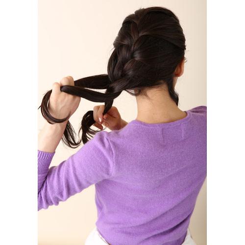 1. 前から左後ろに向かって全体を表編みする(この時、右のえりあしの髪を少し残しておく)