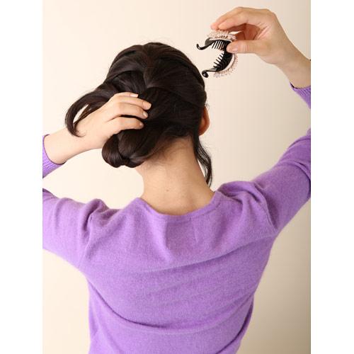 2. (1)を毛先が少し出るように、折り返してポニークリップで留める