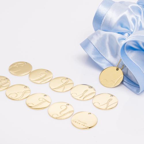 バイカラーサテンシュシュ「アイスブルー」には「ゴールド」のチャームが付いてきます