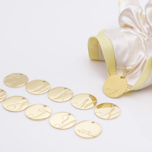 バイカラーサテンシュシュ「バニラベージュ」には「ゴールド」のチャームが付いてきます