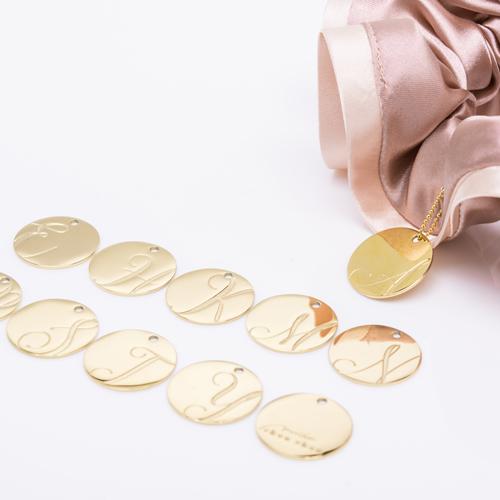 バイカラーサテンシュシュ「シェルピンク」には「ゴールド」のチャームが付いてきます