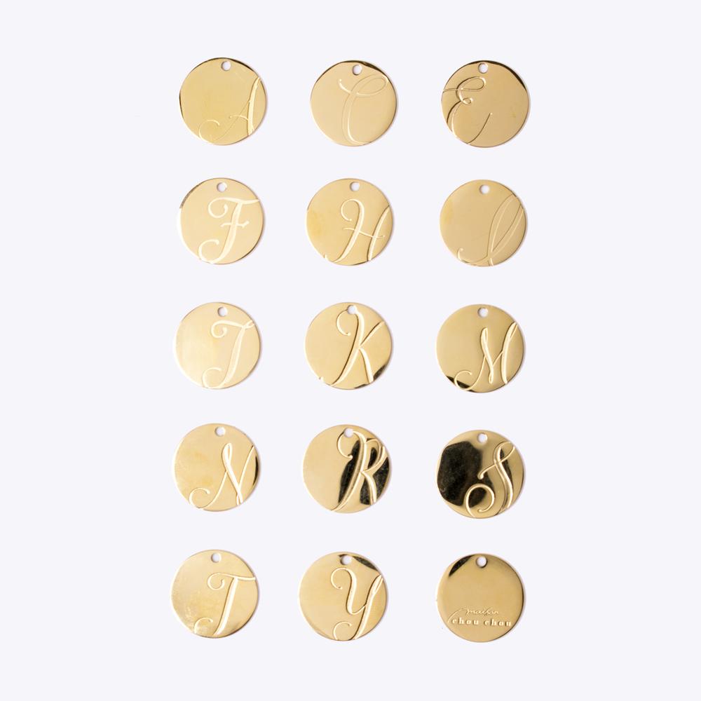 14種類のアルファベットからお選びいただけるイニシャルチャーム付き(ゴールド)