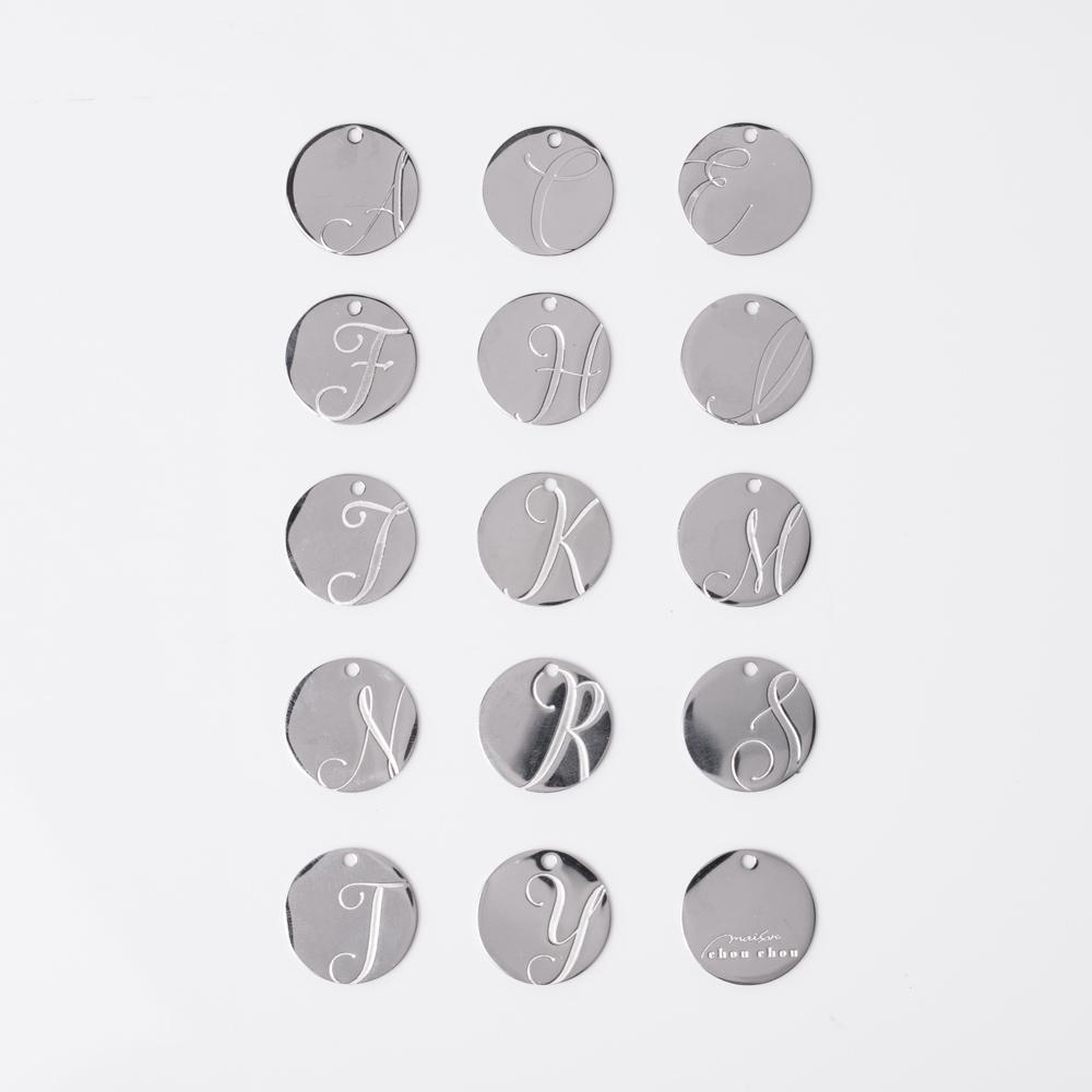 14種類のアルファベットからお選びいただけるイニシャルチャーム付き(シルバー)