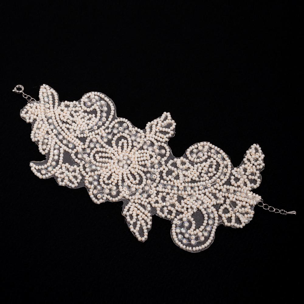 繊細なビーズ刺繍でお花を描いた可愛らしいブレスレット