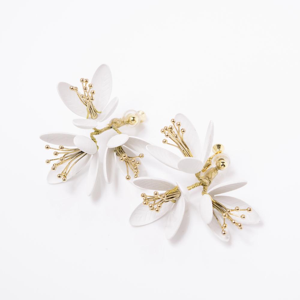 可憐な花のモチーフを使用したイヤリング