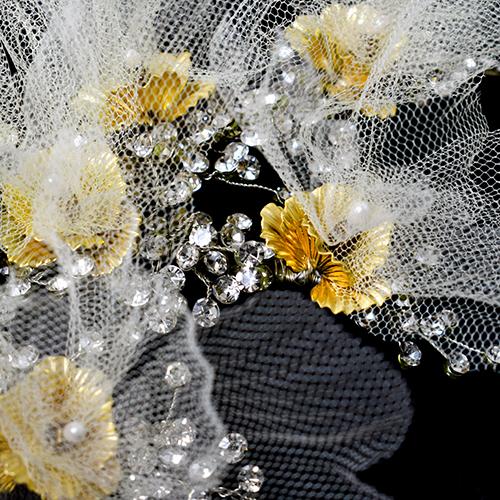 繊細なチュールで花びらをつくっています