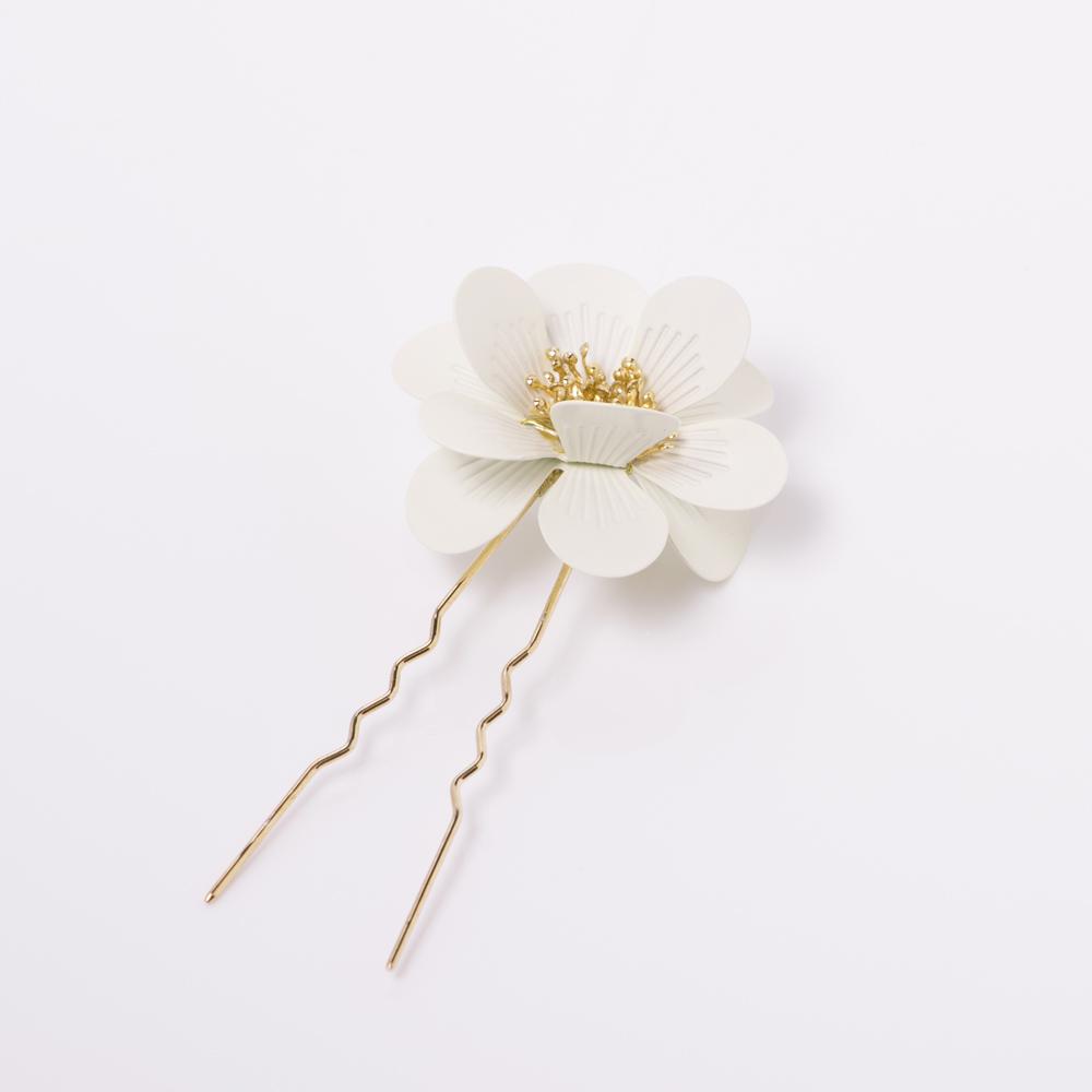 1輪の花を飾るような控え目で可愛らしい1ピースヘッドピン