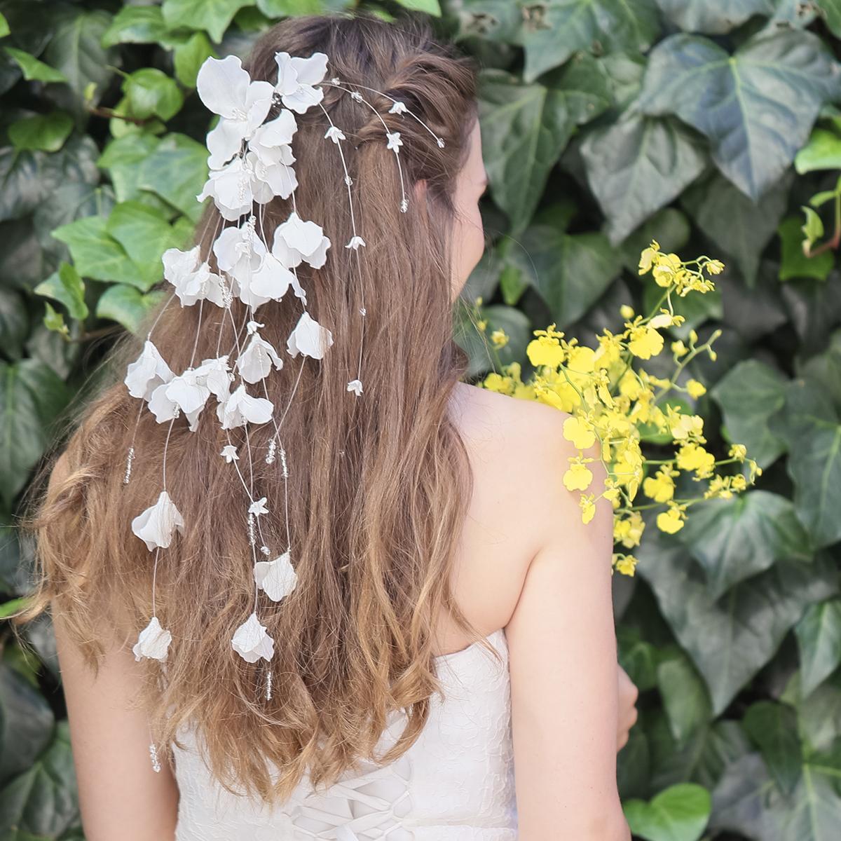 光を透かして揺れるたくさんのお花がフラワーシャワーのように花嫁様を祝福します☆